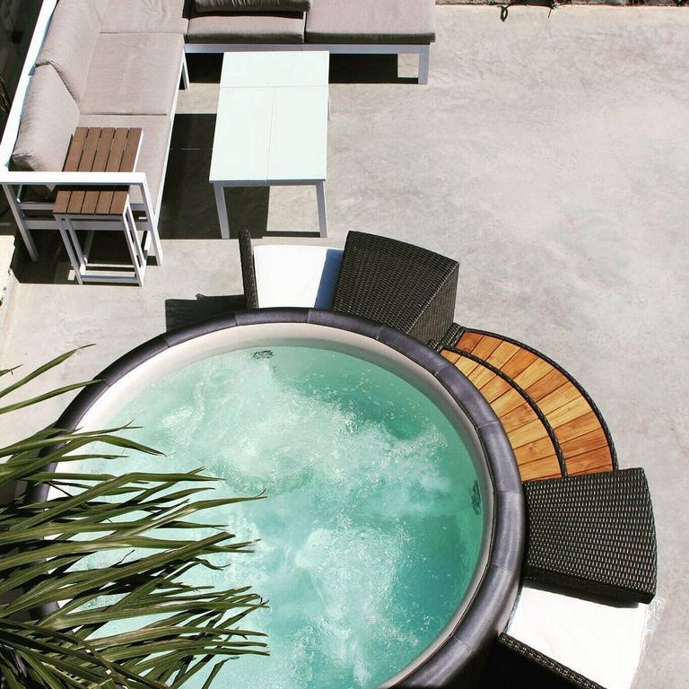 Softub hot tub round hot tub